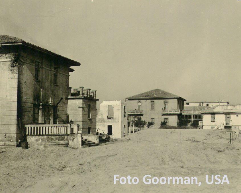 Villa col porticato lungo verso il mare