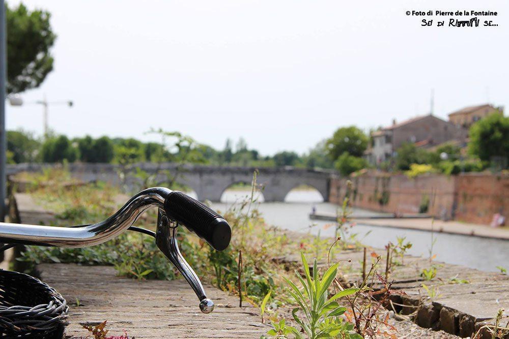 in bici al Ponte di Tiberio