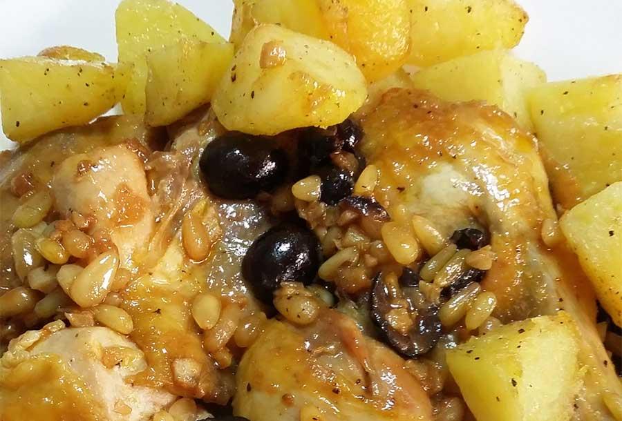 Faraona con olive, pinoli e contorno di patate arrosto