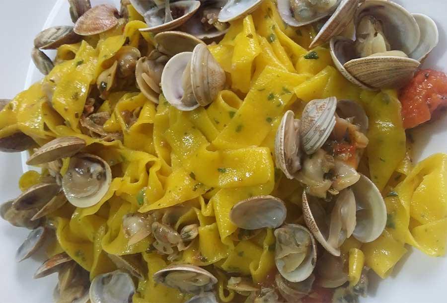 Tagliatelle gialle prezzemolate con il sugo di vongole