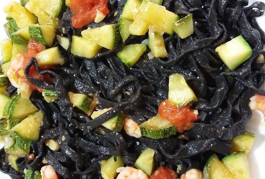 Tagliolini al nero di seppia con gamberi e zucchine
