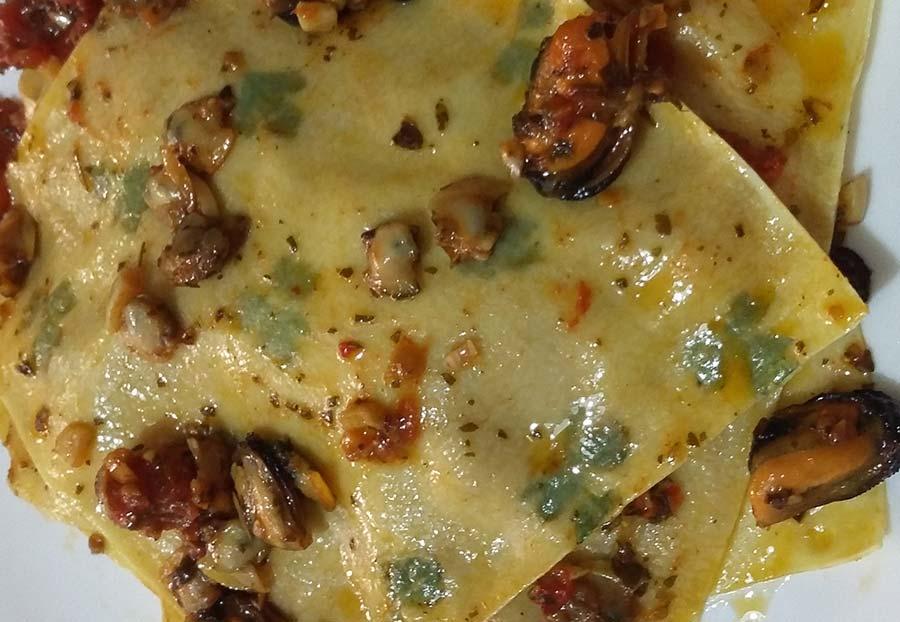 Lasagna aperta prezzemolata con cozze e vongole