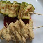 Spiedini di pollo con zucchine grigliate su salsa dolce di pomodoro