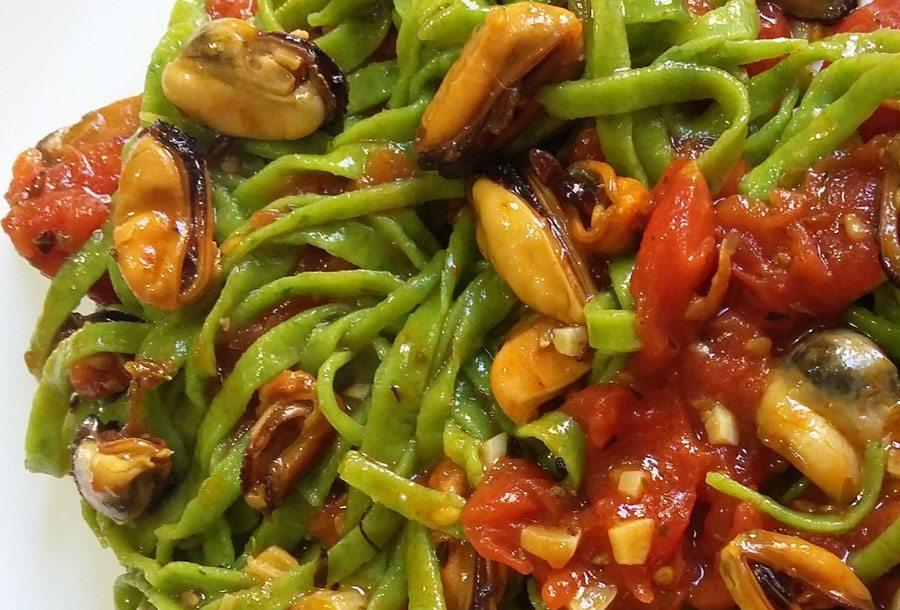 Tagliolini verdi con il sugo di cozze