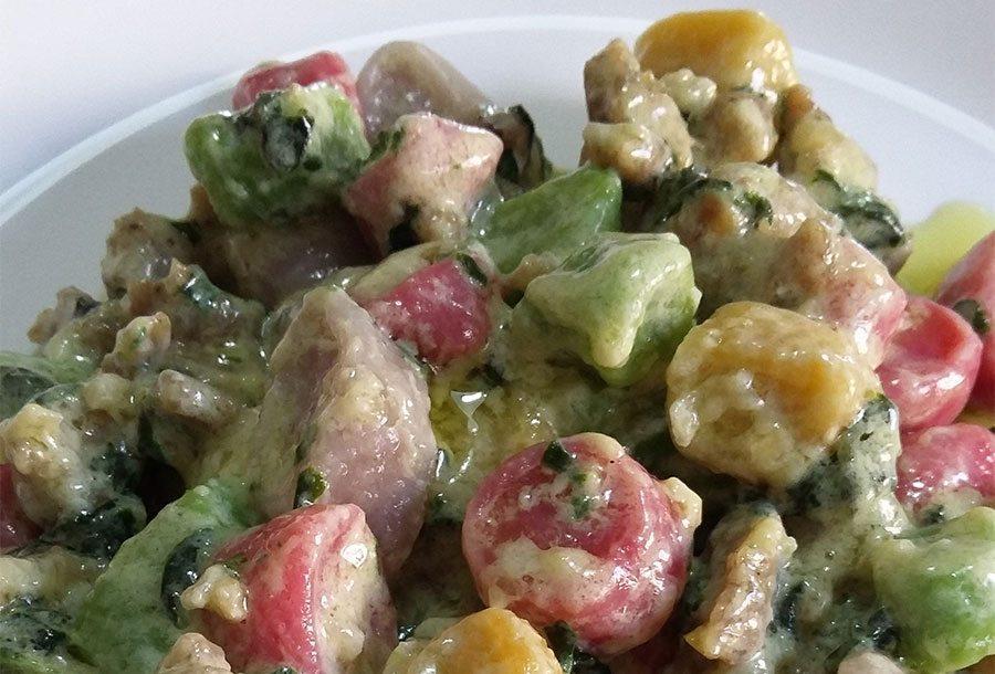 Gnocchi di patate colorati con la salsiccia