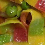 Tagliatelle arcobaleno con salmone e piselli